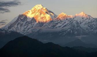 avond uitzicht op de berg Dhaulagiri - Nepal foto