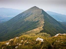 rotsen en kliffen onder donkere wolken bij de berg suva planina foto