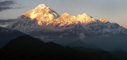 's avonds panoramisch uitzicht op de berg Dhaulagiri - Nepal foto