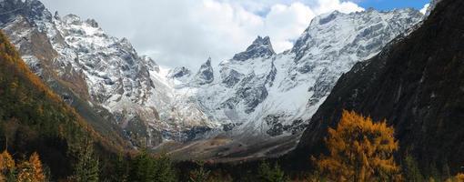 panoramisch uitzicht op sneeuwbergen in het zuidwesten van China in de herfst foto