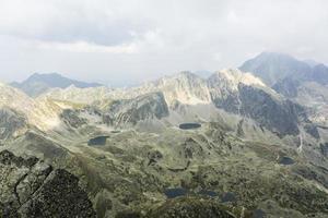 donkere wolken pakken zich samen over de bergkam