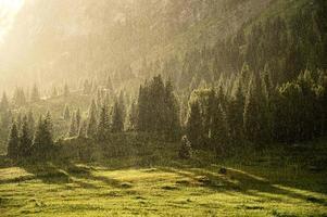 regen in de zomerbergen foto