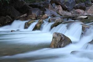 stromend bronwater met rotsen foto