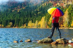 jonge vrouw wandelaar lopen op de stenen, Karpaten, Transsylvanië, Roemenië foto