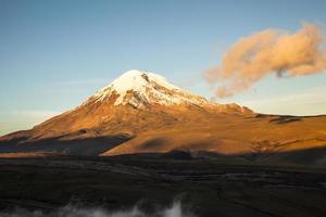 chimborazo-vulkaan bij zonsondergang.