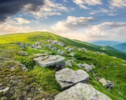 witte rotsblokken op de heuvel