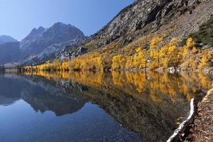 weerspiegeling van de herfstkleuren in de bergen foto