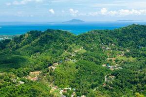 prachtig berg zeezicht phuket thailand foto