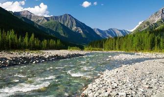 sumak rivier - sayan bergen - rusland foto