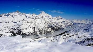 sneeuw alpen bergen en mistig foto