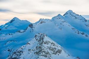 besneeuwde blauwe bergen in wolken foto