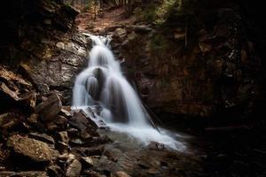 prachtige waterval in beskid-bergen foto