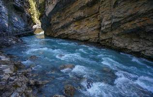 johnston canyon in het nationale park van banff foto