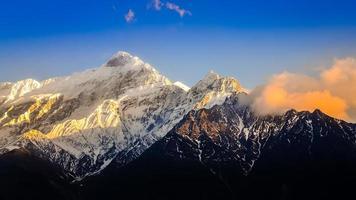 schilderachtig uitzicht op de bergen van de Himalaya bij zonsondergang foto