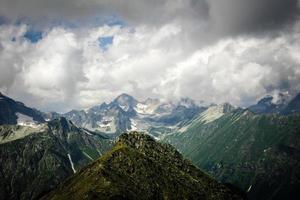 prachtige vallei en pieken in de bergen van de Kaukasus. foto