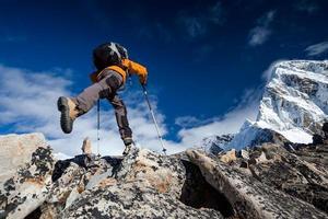 wandelaar springt in de Himalaya-bergen