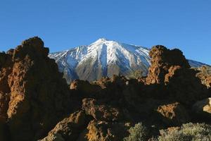met sneeuw bedekte top van de berg teide foto