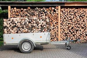 brandhout op aanhanger foto