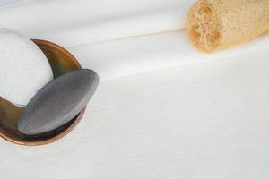 witte handdoekachtergrond voor natuurlijke lichaamsproducten
