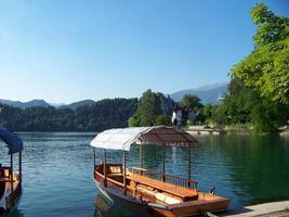 gondels bij het meer van Bled foto