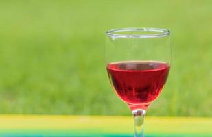 rode wijn met groene achtergrond foto