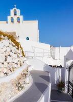 traditionele witte klokkentoren op Santorini in Griekenland foto