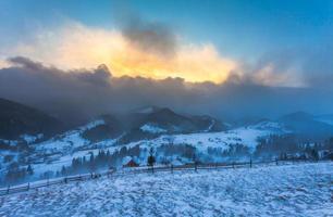 sneeuwstorm. winter in de bergen foto