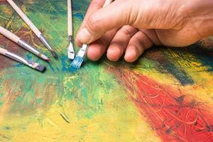 schilderij van abstracte schilderkunst met verfborstels foto