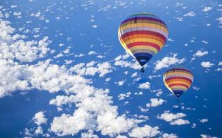 hete luchtballon op zee met cloud