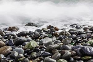 stenen oceaankust met golven foto