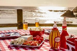 zonsondergangpicknick op oceaan over het hoofd foto