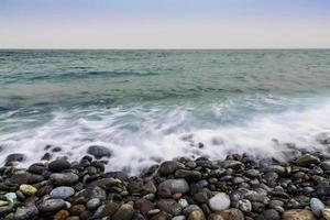 stenen kust van de oceaan met golven