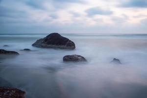 prachtige mystieke mist op de oceaan foto