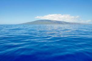 blauwe zee en het eiland Lanai, Maui (VS) foto