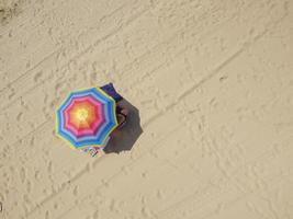 parasol sur le sable foto