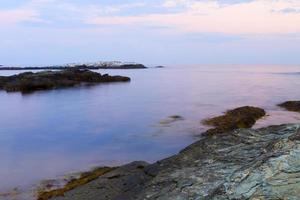 zonsondergang op een rotsachtige kust.