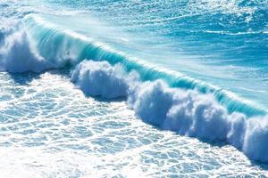 golven die breken op de kust van madeira (portugal) foto