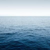 blauwe oceaan met golven foto