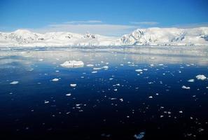 blauwe oceaan in antarctica foto