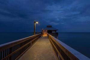 fort myers pier bij dageraad uitzicht op de oceaan foto