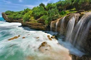 prachtige jogan waterval die naar de oceaan valt foto