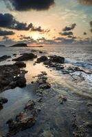 zonsopgang boven rotsachtige kustlijn op mediterrane zee landschap in de zomer