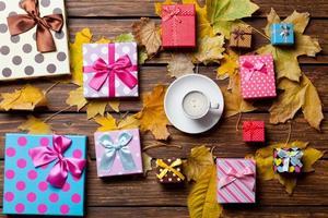koffie en seizoensgeschenken met bladeren foto