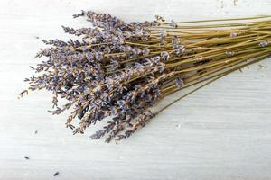 boeket lavendel op het witte bord foto
