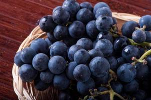 mand met zwarte druiven