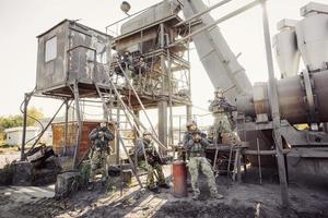 groep soldaten die de plant bewaken foto
