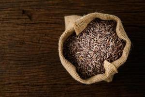 bruine rijst in zak