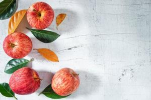 rode appels op een witte houten tafel