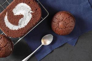 chocoladetaart met chocoladekoekjes foto