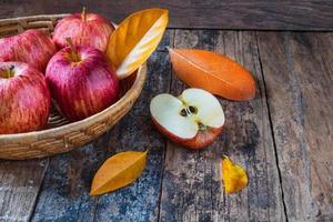 rode appels op een oude houten tafel foto